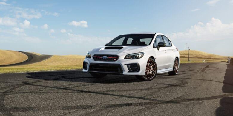 Subaru WRX STI édition Kanrai 2020 entouré de trace de pneus