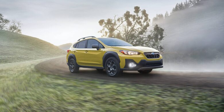 Avant de la Subaru Crosstrek 2021 jaune sur la route