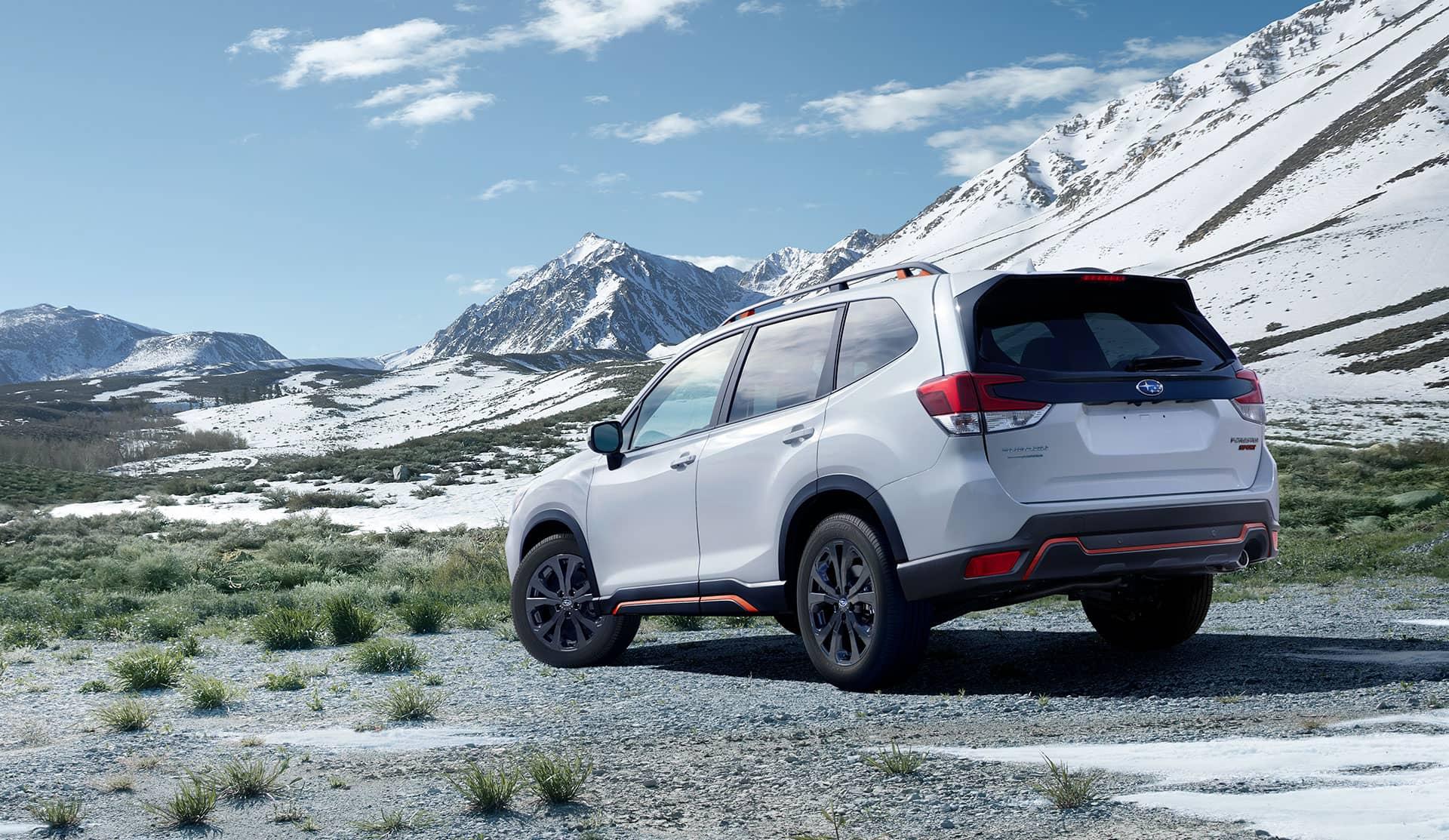 Arrière du Subaru Forester 2020 avec paysage montagneux
