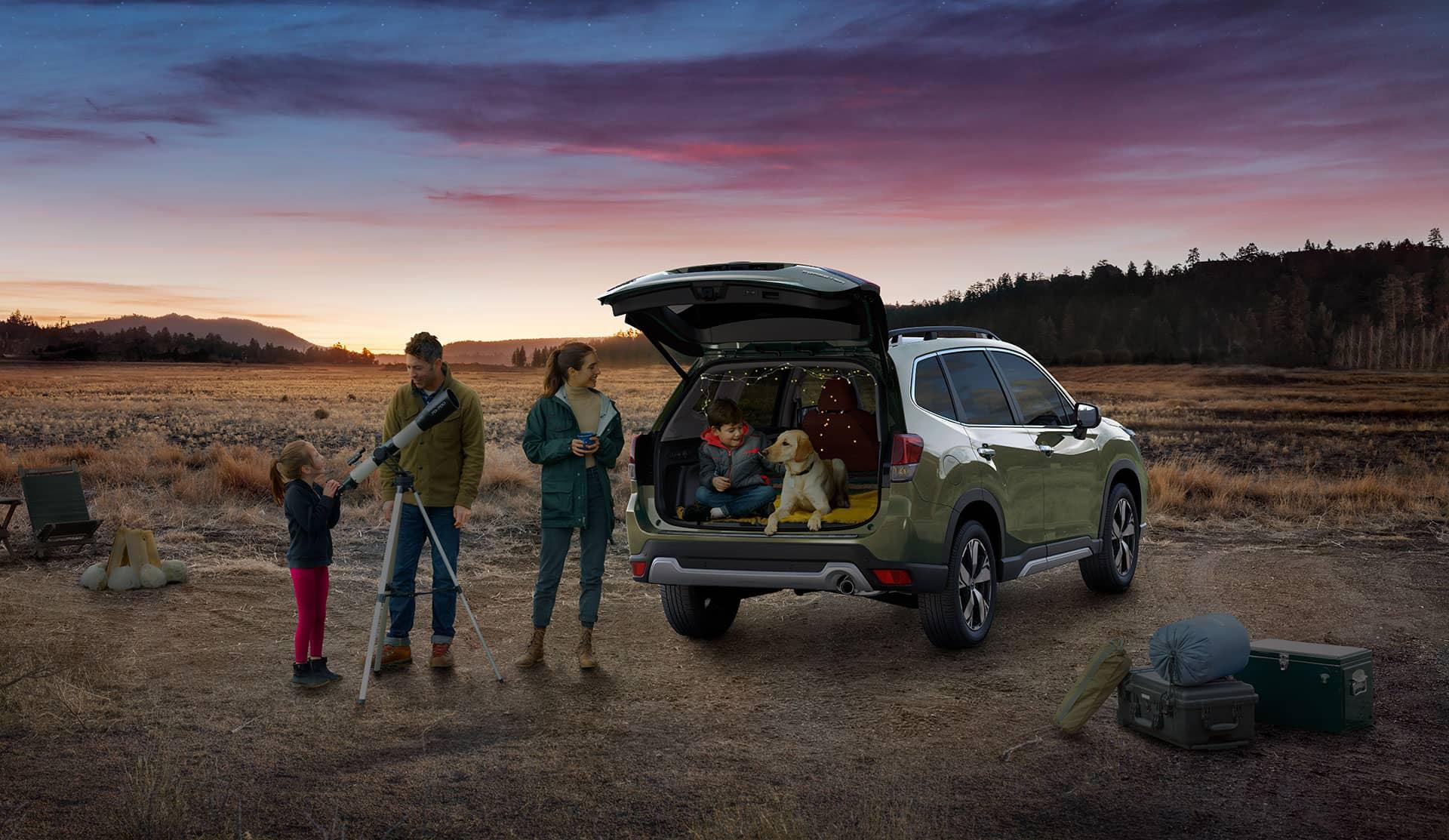 Une famille profite du coffre arrière du Subaru Forester 2020