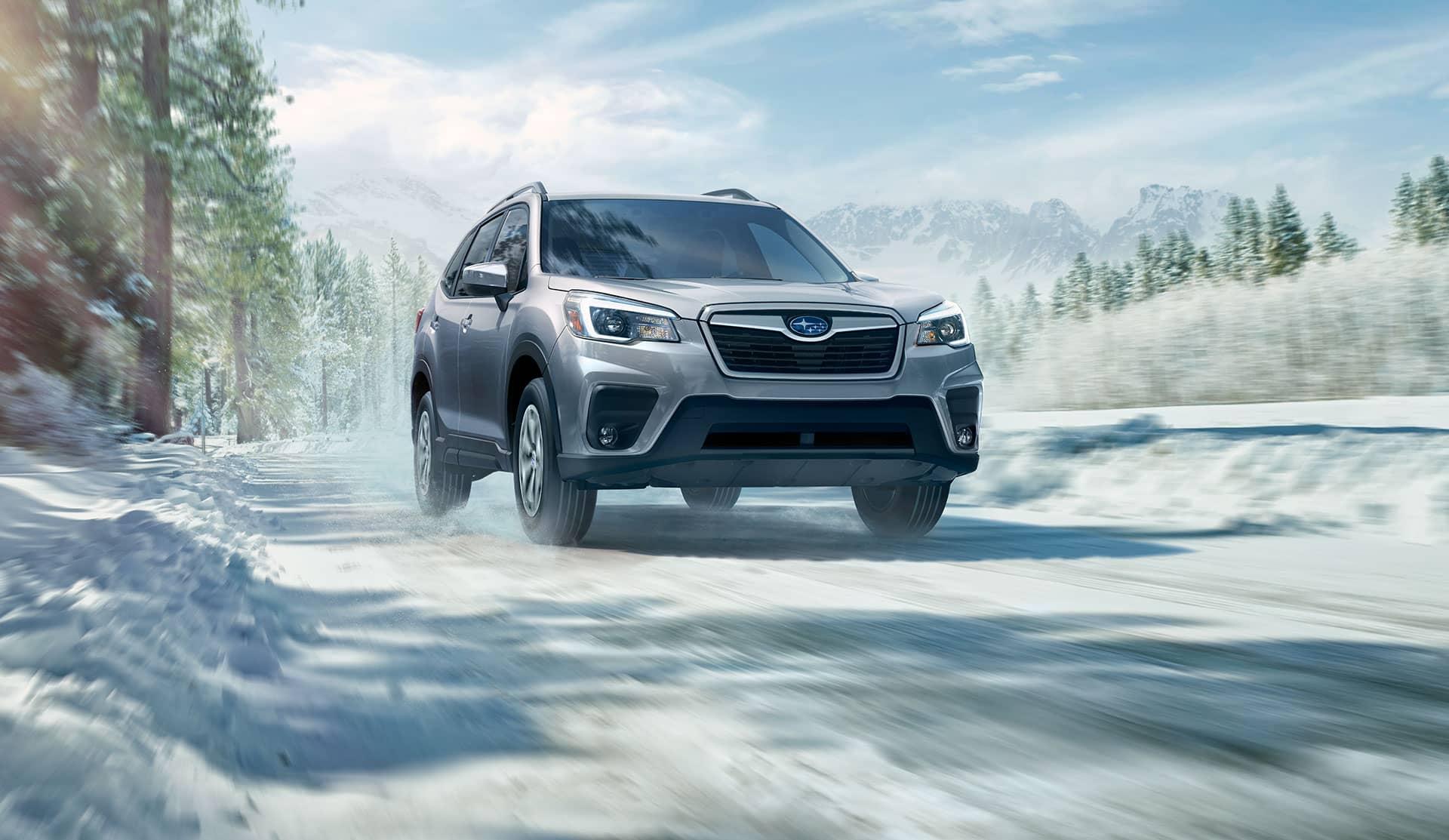 Subaru Forester 2020 sur une route enneigée