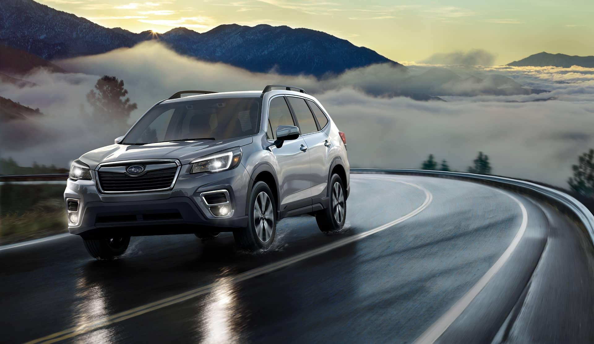 Subaru Forester 2020 sur une route au-dessus des nuages