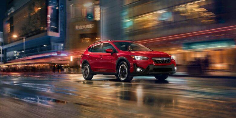 Subaru Crosstrek 2021 sur fond nocturne flou
