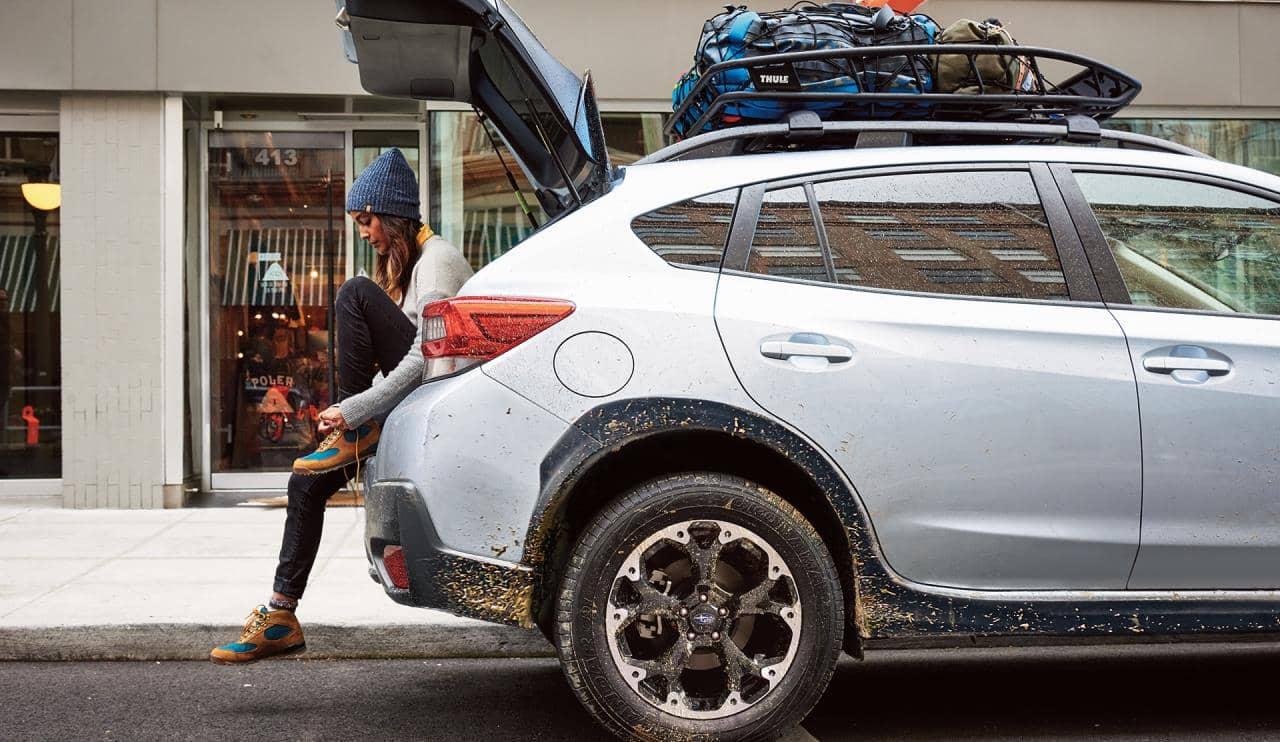 Femme assise dans le coffre arrière du Subaru Crosstrek 2021