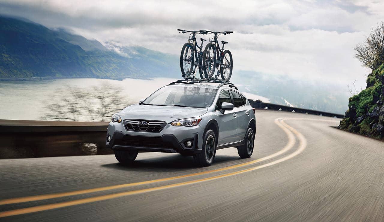 Subaru Crosstrek 2021 sur route avec vélos sur le toit